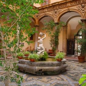 Статуя в фонтане на заднем дворе