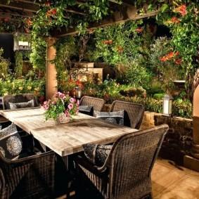 Деревянный стол для обедов на свежем воздухе