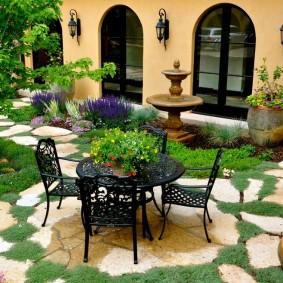 Кованная мебель во внутреннем дворике