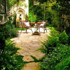 Декор внутреннего дворика живыми растениями
