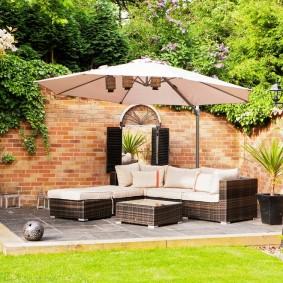 Садовый диван под стационарным зонтом