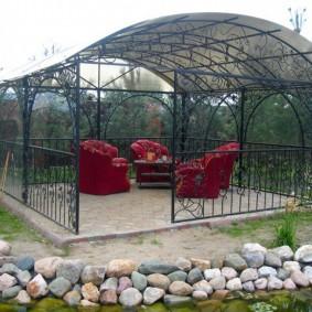 Садовая мебель в металлической беседке