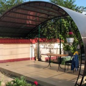 Полукруглая беседка с прозрачной крышей