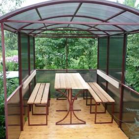 Мебель из профильной трубы в садовой беседке