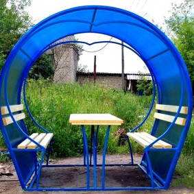 Мини-беседка из профиля с синим поликарбонатом