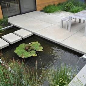 Бетонные плиты на берегу пруда в стиле минимализма