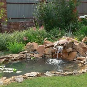 Водопад из камней на загородной даче