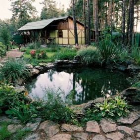 Дачный домик небольшого размера в глубине участка
