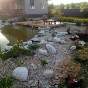 Округлые камни на берегу водоема