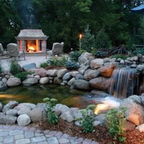 Сад камней с водопадом и прудом