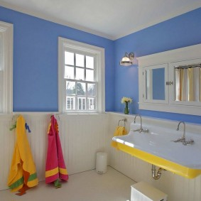 Желтые акценты в интерьере ванной комнаты