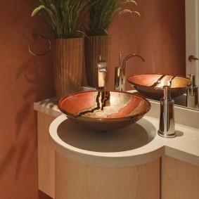 Круглая раковина в небольшой ванной комнате