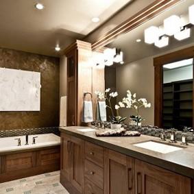 Освещение ванной комнаты с деревянной мебелью