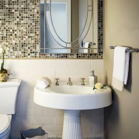 Прямоугольное зеркало над умывальником в ванной