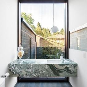 Консольный столик из камня в узкой ванной