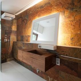 Отделка натуральным камнем стены в ванной комнате
