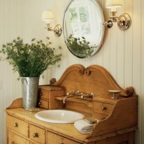 Деревянная мебель в ванной деревенского стиля