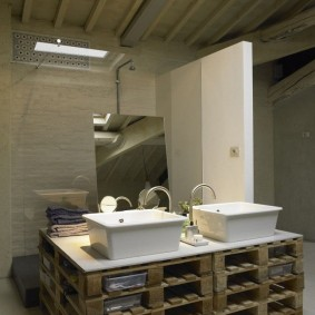 Деревянные поддоны вместо мебели в ванной