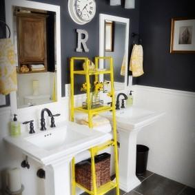 Желтая полка-этажерка между раковинами в ванной