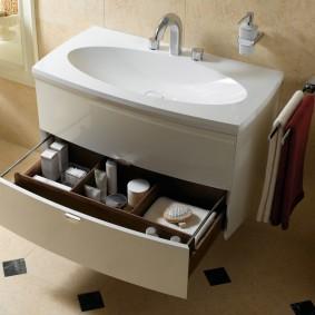 Выдвижной ящик под умывальником в ванной комнате