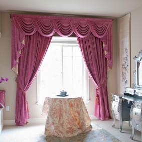 Розовые шторы с красивым ламбрекеном