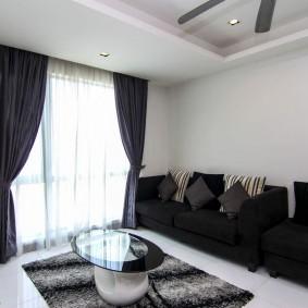 Черные шторы под цвет обивки дивана