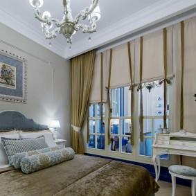 Комбинированные шторы на окне женской спальни