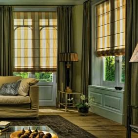Гармоничное сочетание римских штор с прямыми занавесками