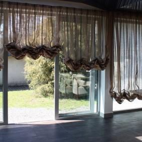 Полупрозрачные шторы на раздвижном окне