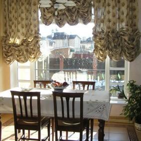 Роскошные шторы в кухне-столовой