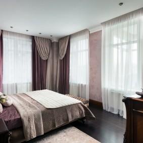 Декорирование шторами окон в угловой спальне