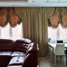 Пример оформления окон в гостиной комнате