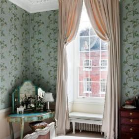 Светлые занавески на узком окне