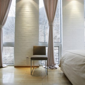 Декор узких окон в спальне современного стиля