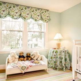 Короткие шторы в детской комнате