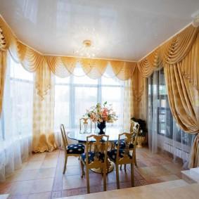 Классическое оформление окон в комнате с колоннами