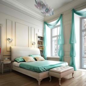 Бирюзовые шторы в спальне с высоким потолком