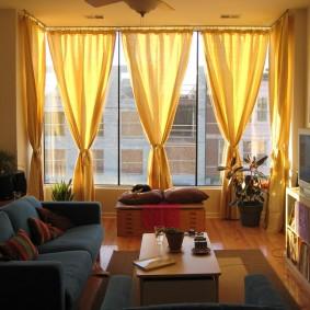 Желтые занавески на окне в квартире