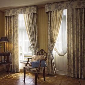 Простые шторы с коротким ламбрекеном