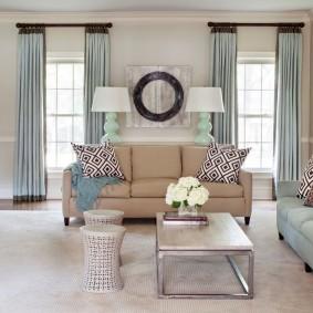 Квадратная гостиная с двумя диванами