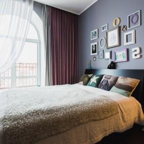 Асимметричное оформление окна в спальном помещении