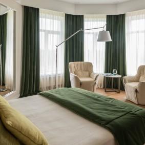 Зеленые штор под покрывало на кровати
