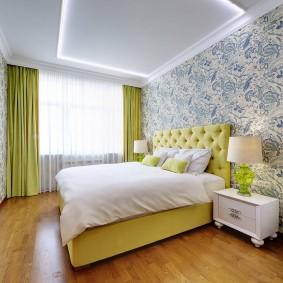 Яркие занавески в спальне современного стиля