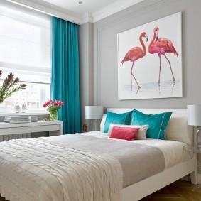 Синие подушки на кровати в спальне