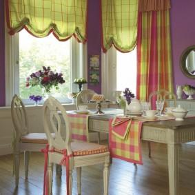Красивые занавески на окнах в столовой-гостиной