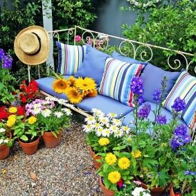 Садовая скамейка с мягкими подушками