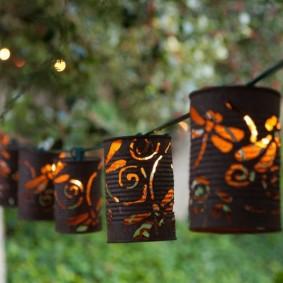 Жестяные фонарики в ночном саду