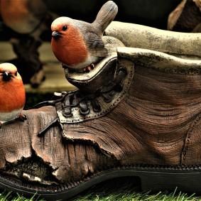 Старый ботинок в качестве садового декора