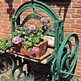 Цветы в контейнерах на старой швейной машинке