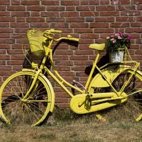 Старый велосипед около стены дома